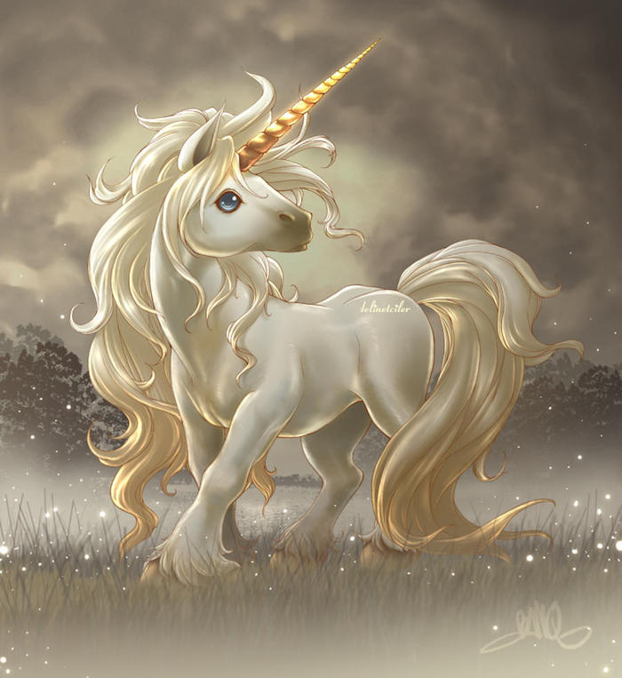 süße einhorn bilder - ein kleines süßes weißes einhorn mit blauen augen, einer langen weißen dichten mähne und einem langen goldenen horn, bergen mit schnee, himmel mit wolken