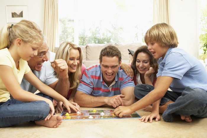 alle generationen spielen zusammen brettspiele kinder eltern großeltern zuhause spaß haben