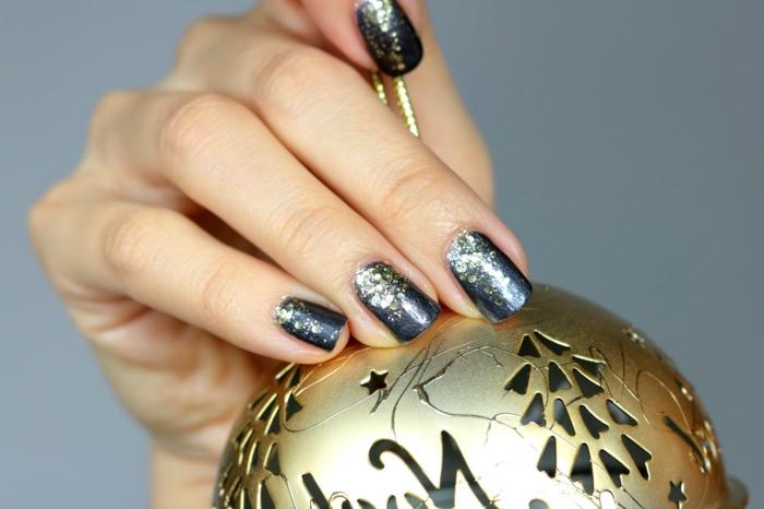 Coole Idee für Weihnachtsmaniküre, Glitzer Nägel zum Nachstylen, ovale Nagelform, goldener Weihnachtsball