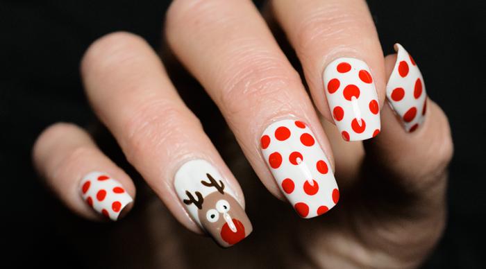 Idee für winterliche Maniküre, Rudolph mit der roten Nase auf weißem Grund, rote Punkte, eckige Nagelform