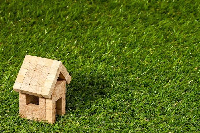 Immobilienmakler - ein kleines Holzhäuschen