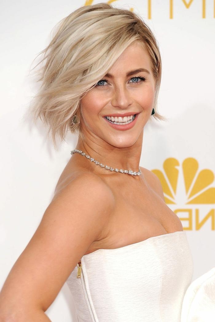 blonde Kurzhaarfrisur, dezentes Make-Up, weißes Kleid ohne Träger, silberne Kette mit Kristallen