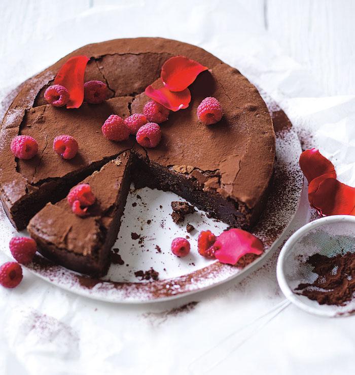 vegane schokolade kuchen aus roher schokolade und himbeeren zur dekoration lecker gesund und schön aussehend
