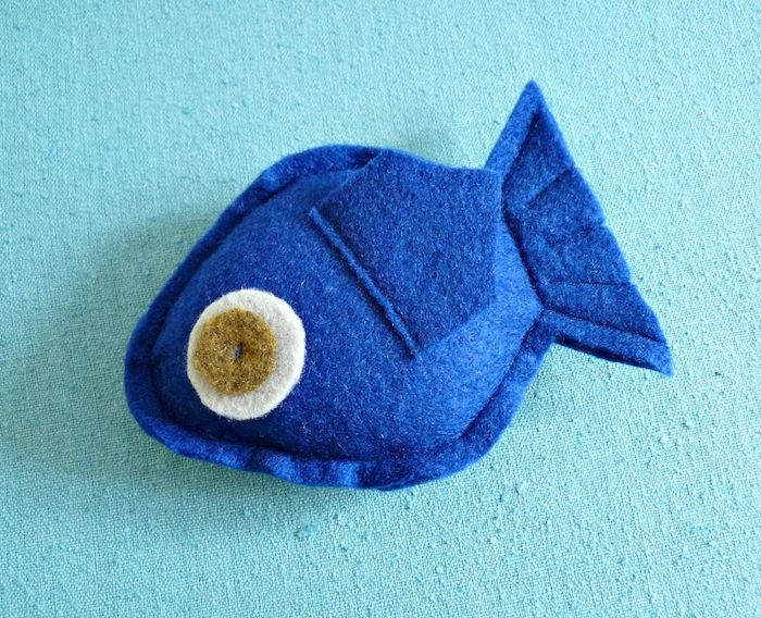 ein Fisch in blauer Farbe aus einem festen Stoff zusammengenäht - Spiele für Katzen