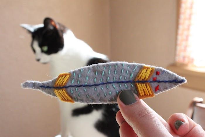 Spiele für Katzen - ein graues Spielzeug selber nähen für schwarz-weiße Katze