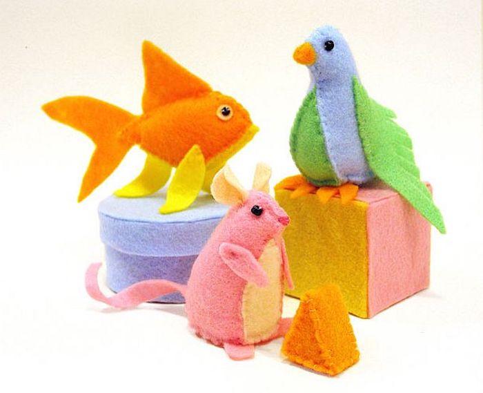 Spiele für Katzen - drei Figuren davon, was die Katze gern isst - Mäuser, Fische und Vögel
