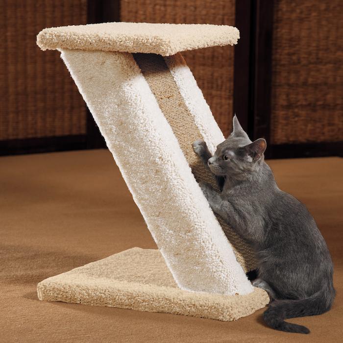 eine graue Katze klettert sich auf Kratzbaum aus verschiedenen Materialien - Katzenspielzeug basteln