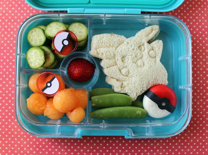 Pokemon-Mittagmenü für Pokemon-Fans, Pikachu-Saqndwich mit weißem Brot, Karottenperlen und Bohnen, gekocht in salzigem Wasser, Gurke, geschnitten in Scheiben