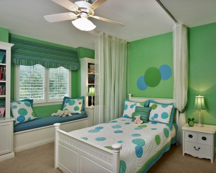 bunte farben im jugendzimmer kinderzimmer fenster deko anddeko bett weiße decke mit punkten blau grün