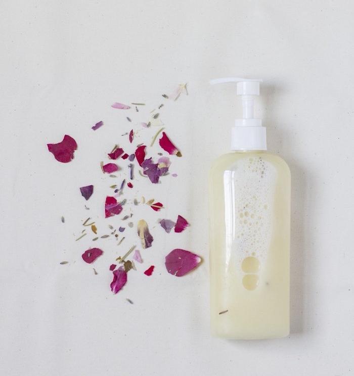 biokosmetik, duschgel mit kokos und ätherichem rosenöl, getrocknete rosenblätter