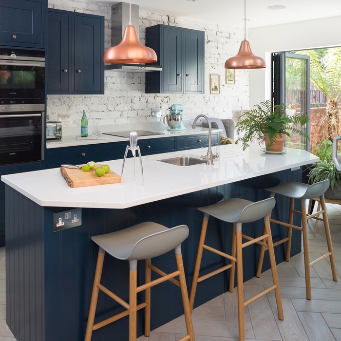 küche deko ideen, keiner raum einrichten, blaue insel mit weißer kochplatte, graue barstühle