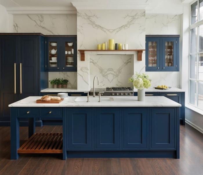 küche deko ideen, marmor wand, wanddeko ideen, große insel mit unterschränken, parkett