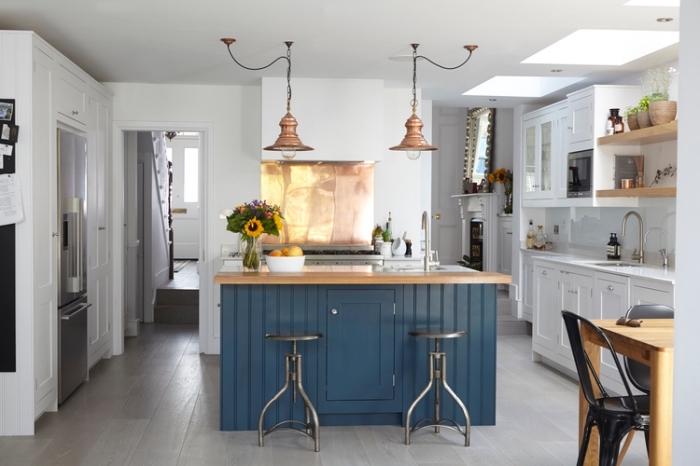 küche deko ideen, weiße wände, kleiner raum gestalten, blaue kücheninsel, hängelampen aus kupfer