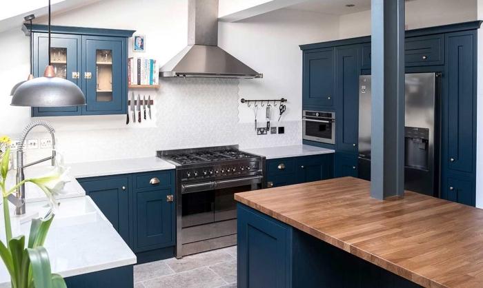 küche deko ideen, zimmer gestalten, kücheneinrichtung in weiß und blau, inselplatte in holzoptik