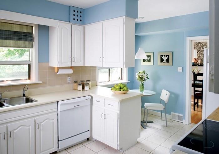 küchenideen in weiß und hellblau helle farben in der küche natürliches licht limetten zitronen