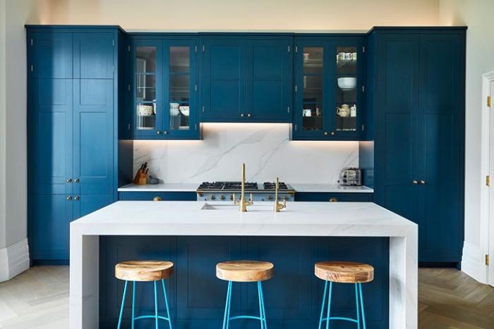 blaue kpchenschränke, weiße kücheninsel aus marmor, küche einrichten ideen