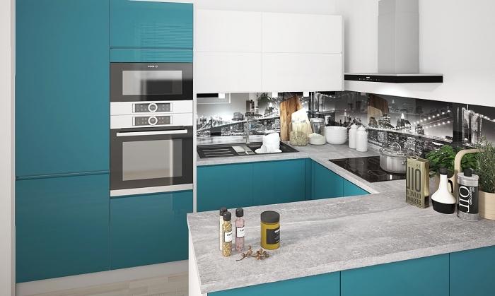 graue kochplatte, küchenwand in schwarz und weiß, küche gestalten, kleiner raum einrichten
