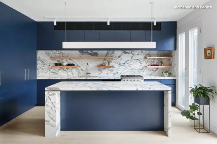 küche gestalten, küchendeko ideen, insel aus marmor, hölzerne regale, lange weiße pendellecuthe