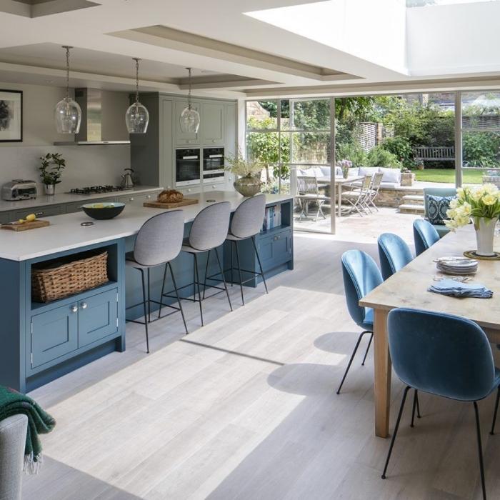 hängelampen aus glas, küche gestalten, küchendesign in hellblau und grau, küche mit essbereich