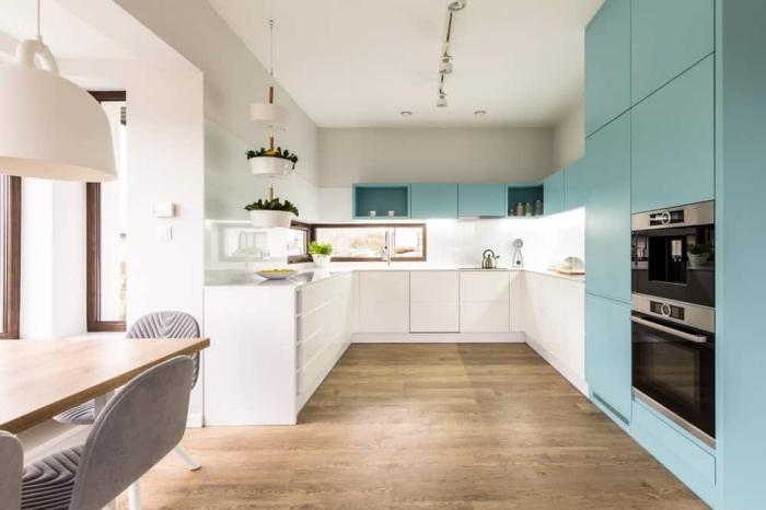 weiße unterschränke, küchenschränke mit beleuchtung, küche gestalten, holzboden