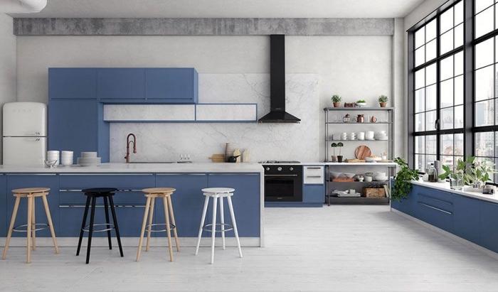 küche modern einrichten, einrichtungsideen 2020, küchengestaltung in neutralen farben mit blauen farbakzenten