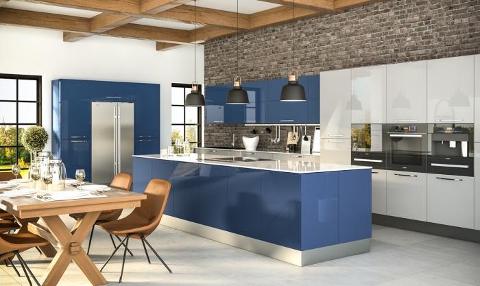 koche modern gestalten, küchengestaltung in weiß und blau, esstisch aus massivholz, ziegelwand