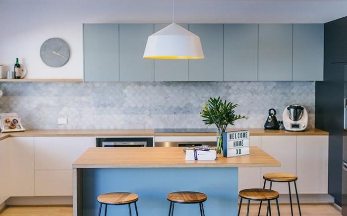 küche modern gestalten, kücheninsel aus holz, hellblaue oberschränle, kleiner raum einrichten