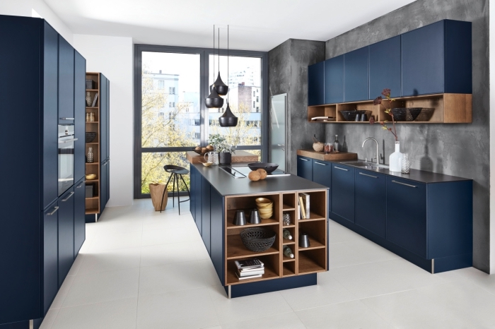 küche modern gestalten, küchenschränke in dunkelblau und holz, kücheninsel mit unterschränken und regalen