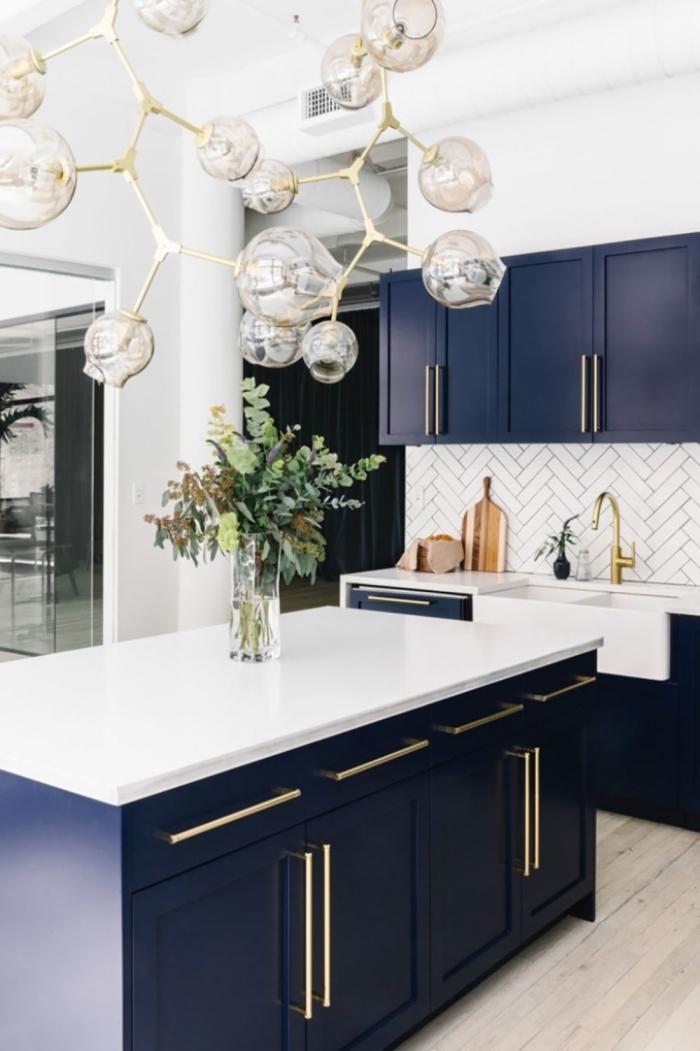 küche modern, kpchendeko ideen, große blasen pendellecuhte über die insel, wohnungdeko