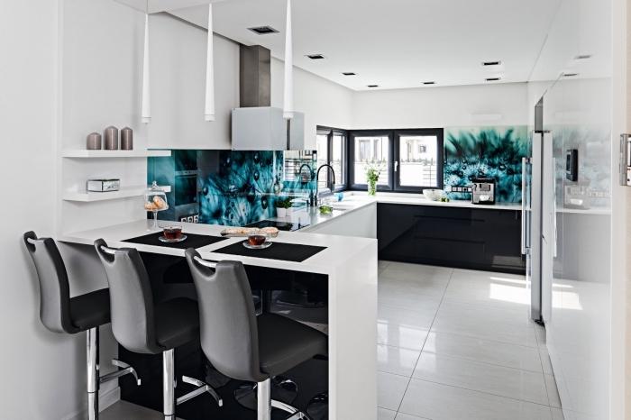 küche modern gestalten, kleiner raum einrichten, kücheneinrichtung in weiß und schwarz, moderne küchenwand