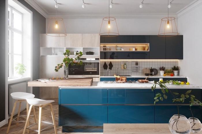 küche in weiß holz, blau und antharzit, raum gestalten, pandellampen aus kupfer