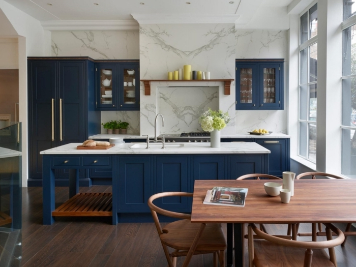 küche weiß holz und dunkelblau, wand aus marmor, tisch aus holz, große insel