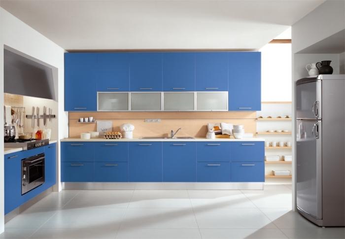 blaue küchenschränke, küche weiß holz und blau, große bodenfliesen, raum gestalten