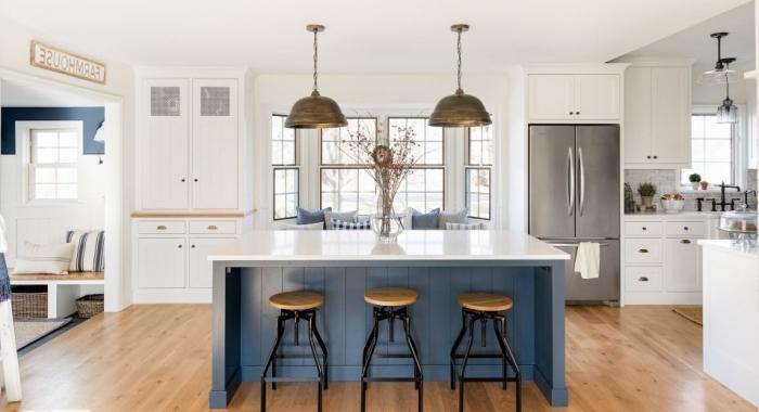 küche weiß holz und blau, kleiner raum gestalten farben ideen, helle wände, bodenbelag aus holz