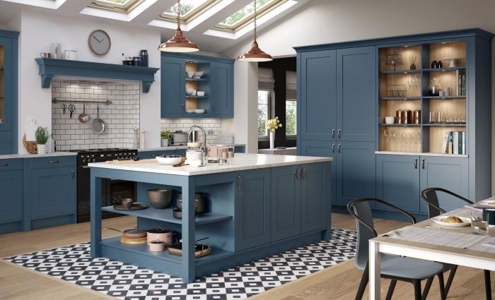 mosaikfliesen in schwarz und weiß, küche weiß holz und dunkelblau, insel mit vielen unterschränken