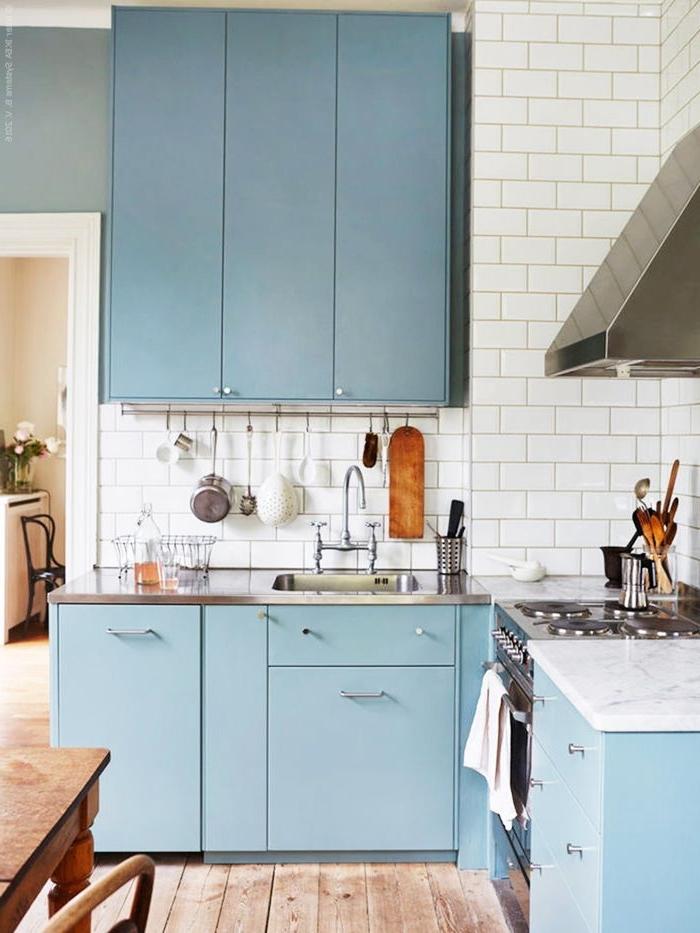 weiße fliesen, wohnung einrichten, küche weiß holz und blau, einrichtungsideen
