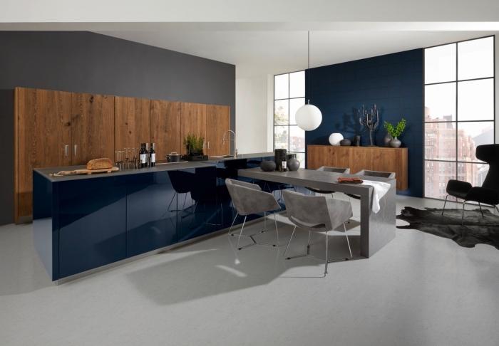 küchen aktuell bilder, grauer boden, schränke aus holz, lange insel in dunkelblau