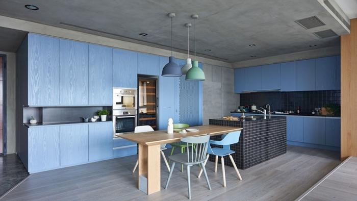große blaue schränke, küchen aktuell bilder, tisch aus holz, wände in betonoptik
