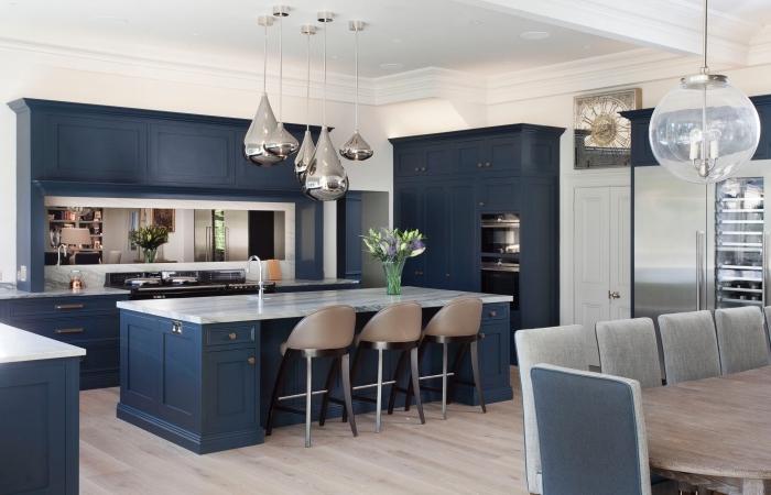 dunkelblaue küchenmöbel, küchen aktuell bilder, silberne pendelleuchte, küchenbeleuchtung