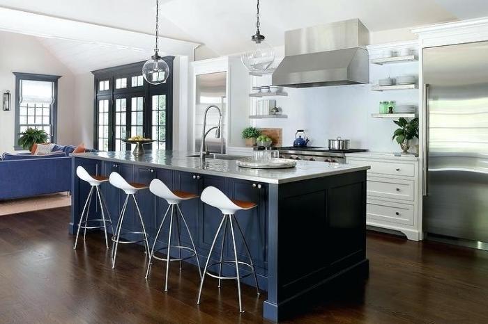 runde pendellecuhten, dunkelblaue insel mit metallener kochplatte, küchen aktuell bilder