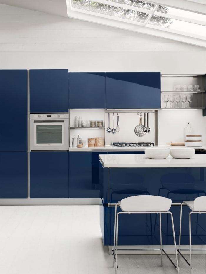 küchen aktuell bilder, kleines zimmer einrichten, blaue küchenschränke, wohnungeinrichtung in blau und weiß