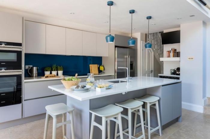 küchen ideen bilder, designer möbel, kücheninsel in weiß und grau, blaue leuchten