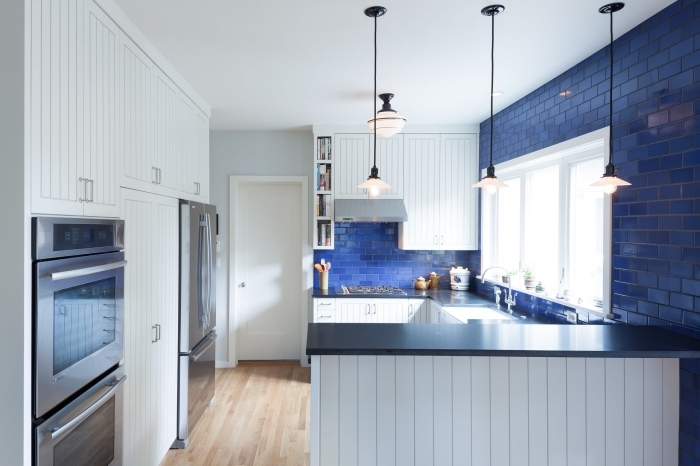 küchen ideen bilder, kleiner raum einrichten, blaue fliesen, boden aus holz, viele schränke