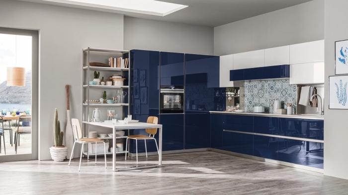 küchen ideen bilder, kücheneinrichtung in weiß und blau, boden aus holz, küchengestaltung