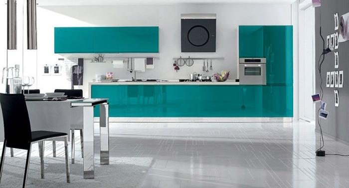 schränke in meerblau, küchen ideen bilder, metallene elemente, weißer bodenbelag