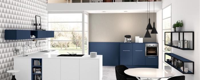küchen ideen bilder, kücheneinrichtung in weiß und blau, geometrische wand, kleines zimmer gestalten