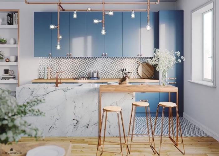 küchen ideen, blaue küchenschränke, mosaikfliesen in weiß und grau, kücheninsel aus marmor