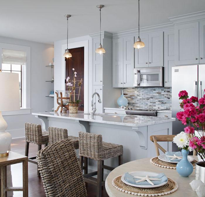 küchen ideen in blau mediterranes ambiente in der eigenen küche gestalten deko in dem teller schöne blumen vase rosa blumen auf dem tisch