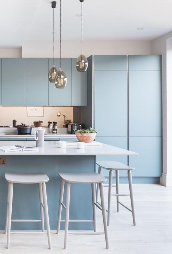 küchen ideen, küchengestaltung in hellblau und weiß, moderne küchenbeleuchtung, hängelampen
