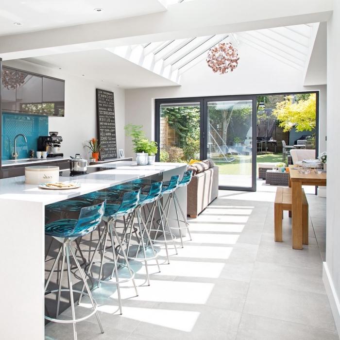 küchen ideen, moderne küchengestaltung in weiß, braun und türkis, lange weiße kücheninsel